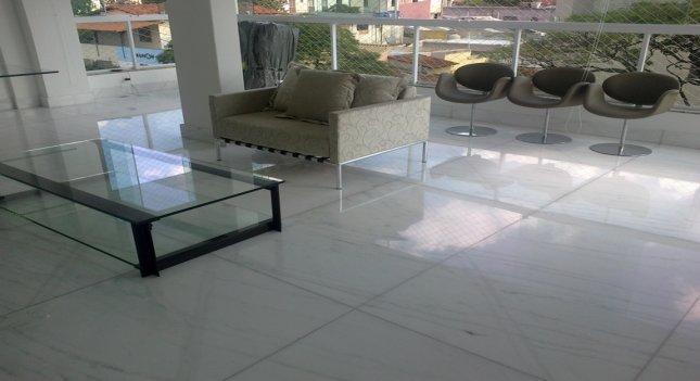 Sala com serviço de manutenção de pisos